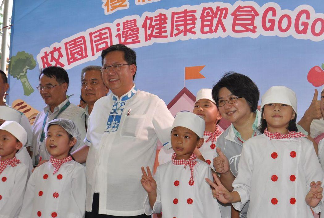 桃園市長鄭文燦(中)每天公開行程多,估算每年出席記者會兩百多場。本報資料照