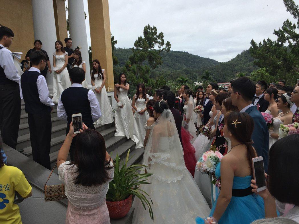 日月潭耶穌堂今天首度對外舉辦婚禮,新人在湖光山色中敲醒幸福鐘,相當浪漫。記者江良...