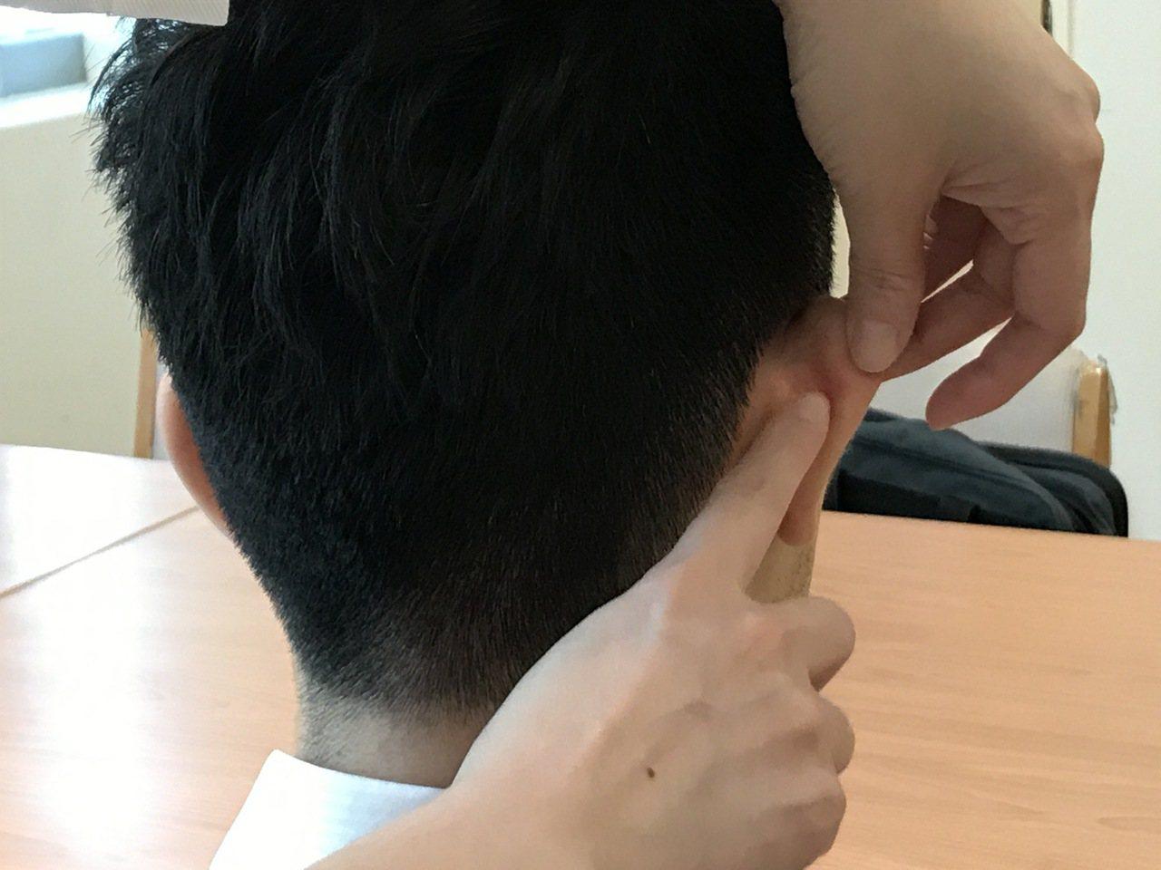 依據中醫按壓耳後的降壓溝穴位,有助降血壓。圖/台北慈濟醫院提供