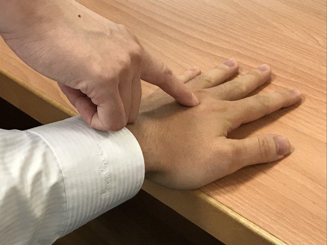 依據中醫按壓手背上的落零五穴位,有助降血壓。圖/台北慈濟醫院提供