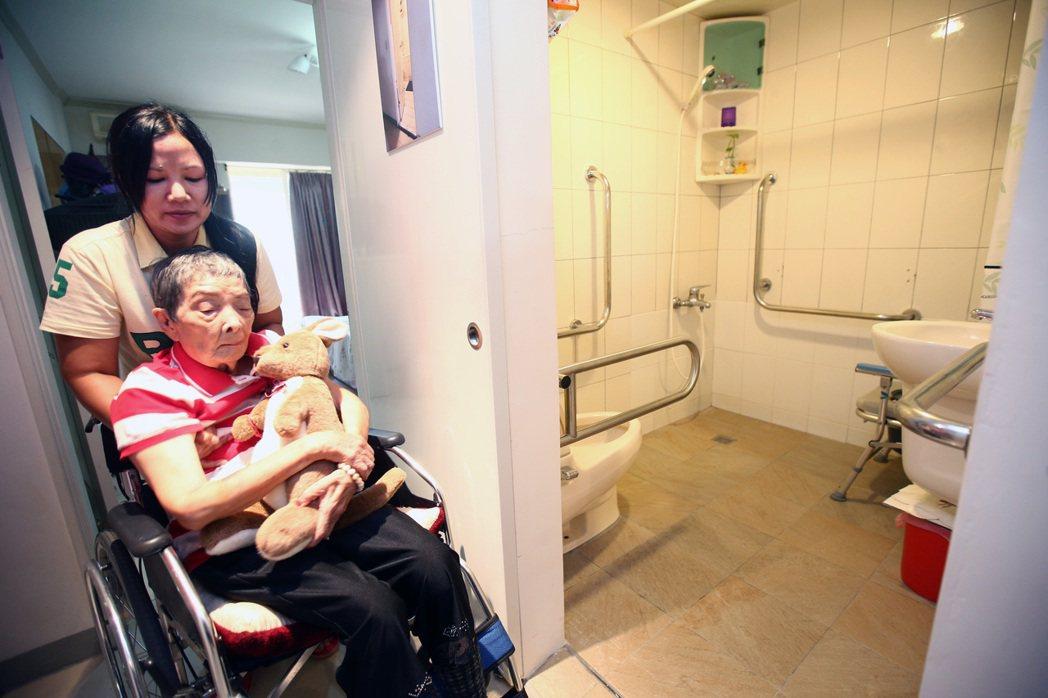 台北市宣導「臺北扶老.軟硬兼施」服務方案,台北市針對年滿65歲且所得稅在5趴以下...
