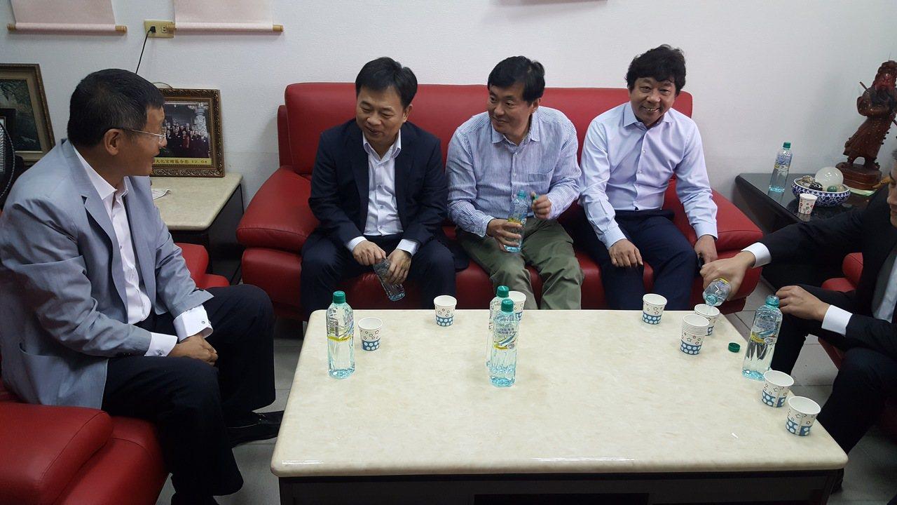 民進黨選對會上午由黨秘書長洪耀福(中)帶領到苗栗徵詢下屆縣長人選,因群眾聚集「抗...