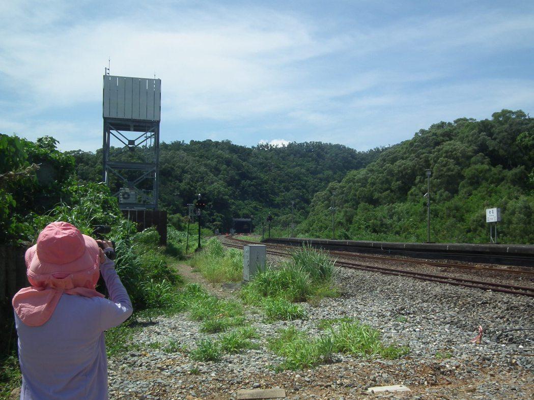 長年來都有鐵道迷及攝影愛好者到古莊車站拍攝記錄他們口耳相傳的秘密奇景「黃金隧道」...