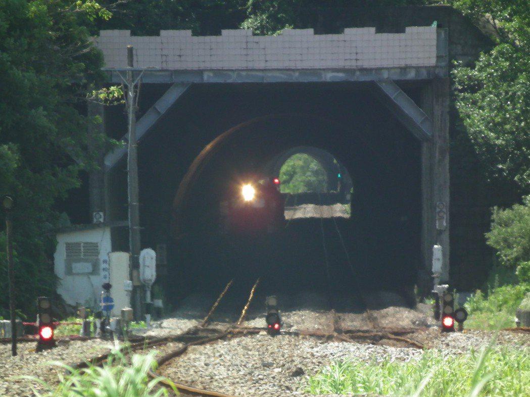 古莊站兩邊都各有兩個四至七號隧道,長度都不會超過一百公尺,國八十年通車至今,都沒...
