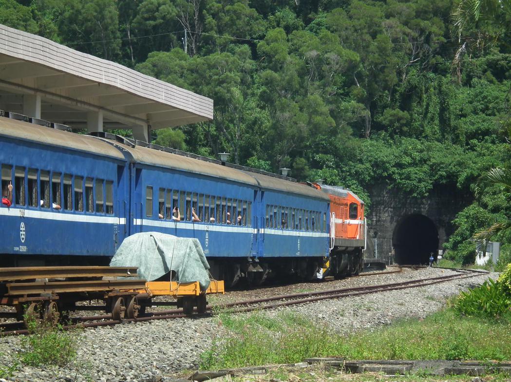 不少鐵道迷及攝影愛好者也會搭乘可開窗的普快列車,用不同角度來拍照攝影,捕捉這難得...