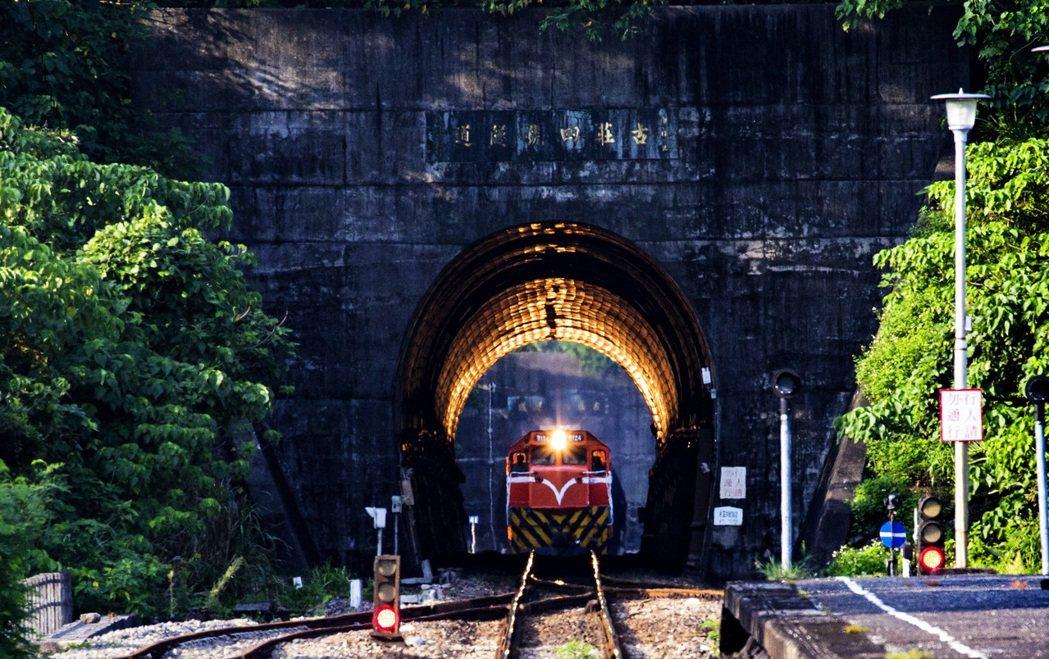 這座傳說「黃金隧道」就位在南迴鐵路一個不起眼的「古莊」小站裡的隧道。圖/攝影師顏...