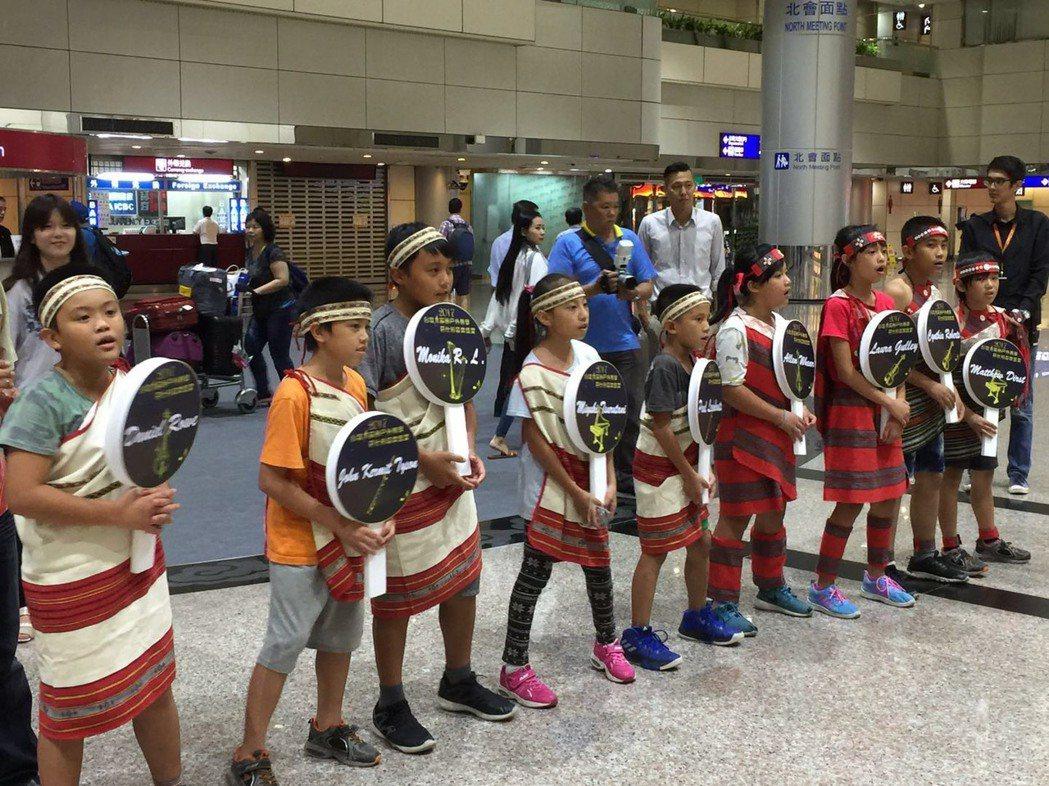嘉興國小及義興分校學生在機場唱泰雅族歌曲,迎接外國音樂家,感謝他們來台教學及演出...