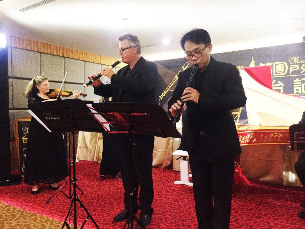 台灣木笛團音樂總監吳明宗(右),與美國北德州大學古樂系系主任Paul Leenh...