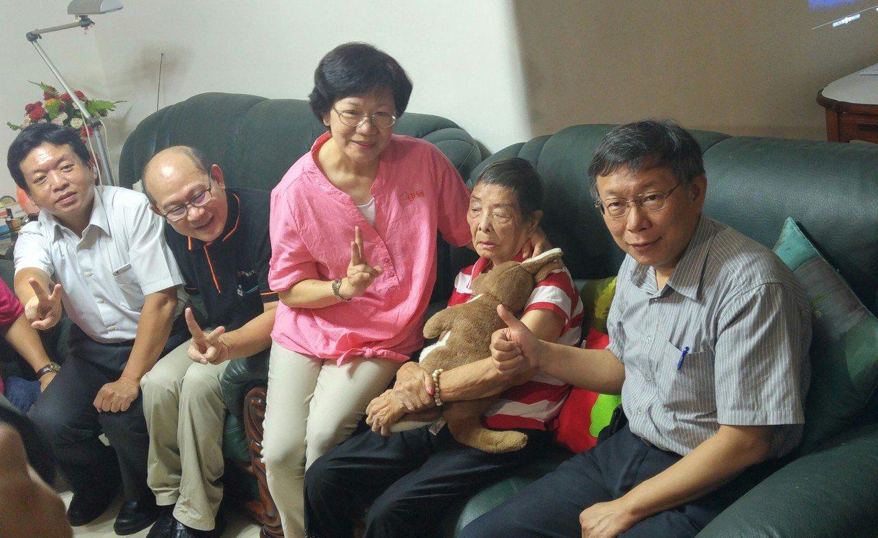 台北市長柯文哲探視歐陽奶奶家中申請扶老服務。記者莊琇閔/攝影