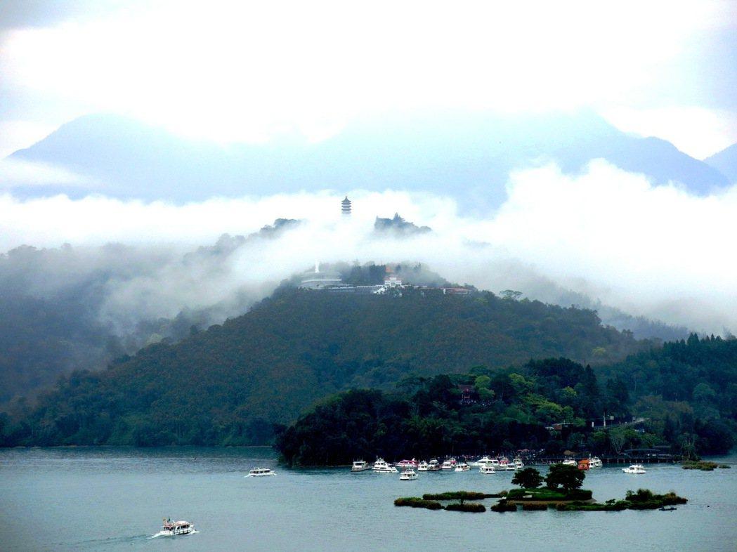 景色優美的日月潭,每年有超過300遊客抵達度假,成為觀光景點類打卡數的第一名。圖...