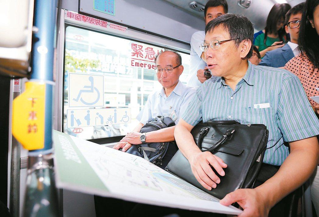 台北市長柯文哲搭公車。本報資料照片 記者許正宏/攝影