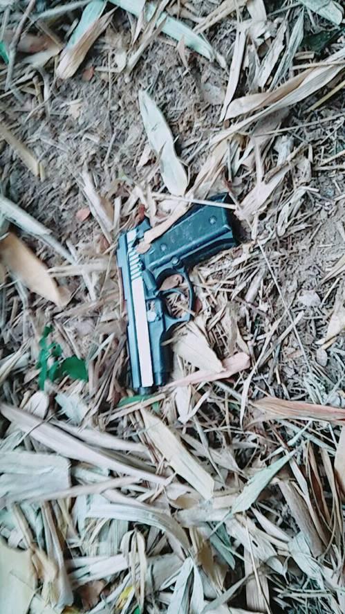 警方在苗栗縣通霄路旁的草叢中,找到吳男行兇後丟棄的改造槍枝。圖/大甲分局提供