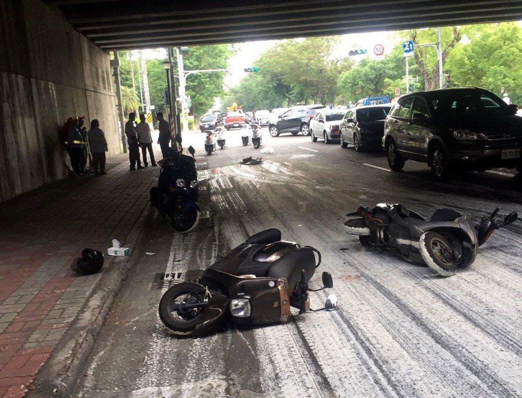 莊姓貨車司機掉漆,灑得一路油漆,導致3名機車騎士摔傷。記者林保光/翻攝