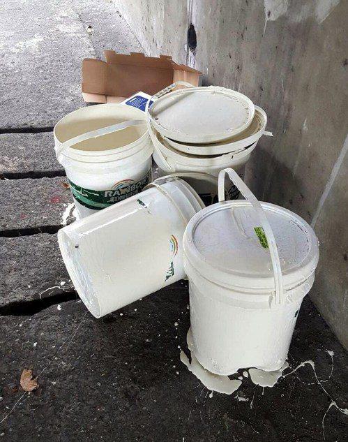 莊姓司機掉漆後,把漆桶擱在人行道就離去。記者林保光/翻攝