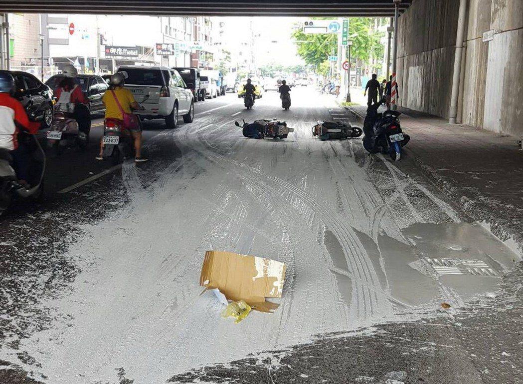 莊姓貨車司機掉漆,灑得路面一片漆漬。記者林保光/翻攝