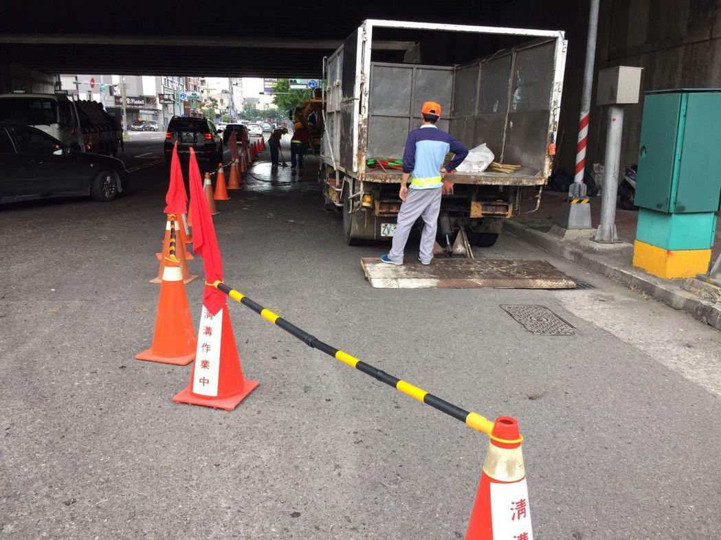 清潔隊員趕緊封路,清除路面油漆。記者林保光/翻攝