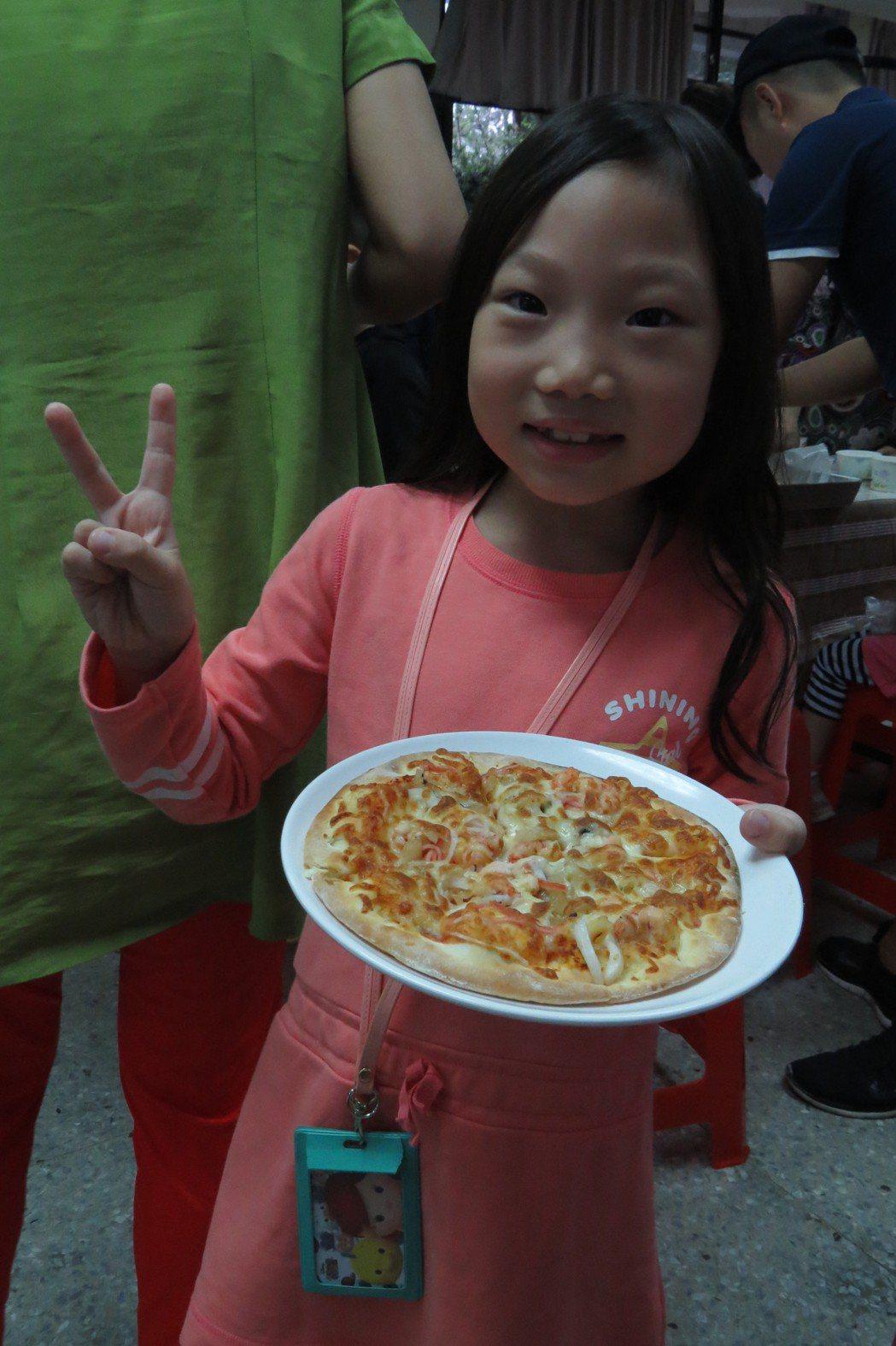 小朋友自己做披薩自己吃,都玩得很高興。記者游明煌/攝影