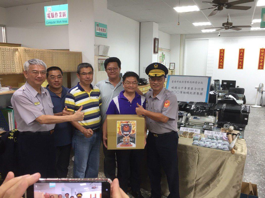 台南市警局長黃宗仁(右一)表揚新營警分局。圖/新營警分局提供