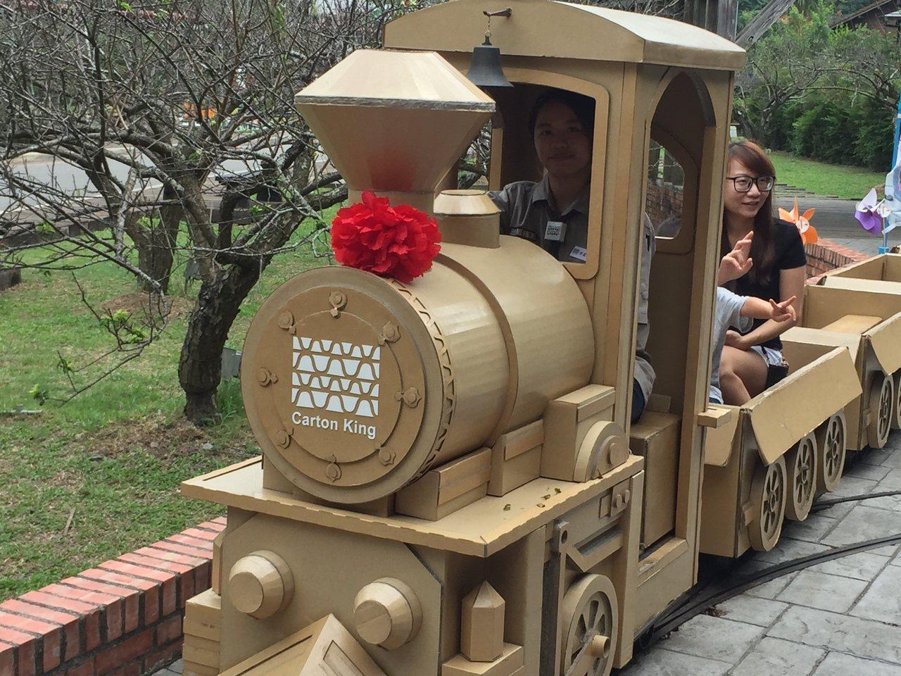 車埕新增紙製的小火車,可搭乘繞行商圈,更讓小朋友著迷。記者江良誠/攝影