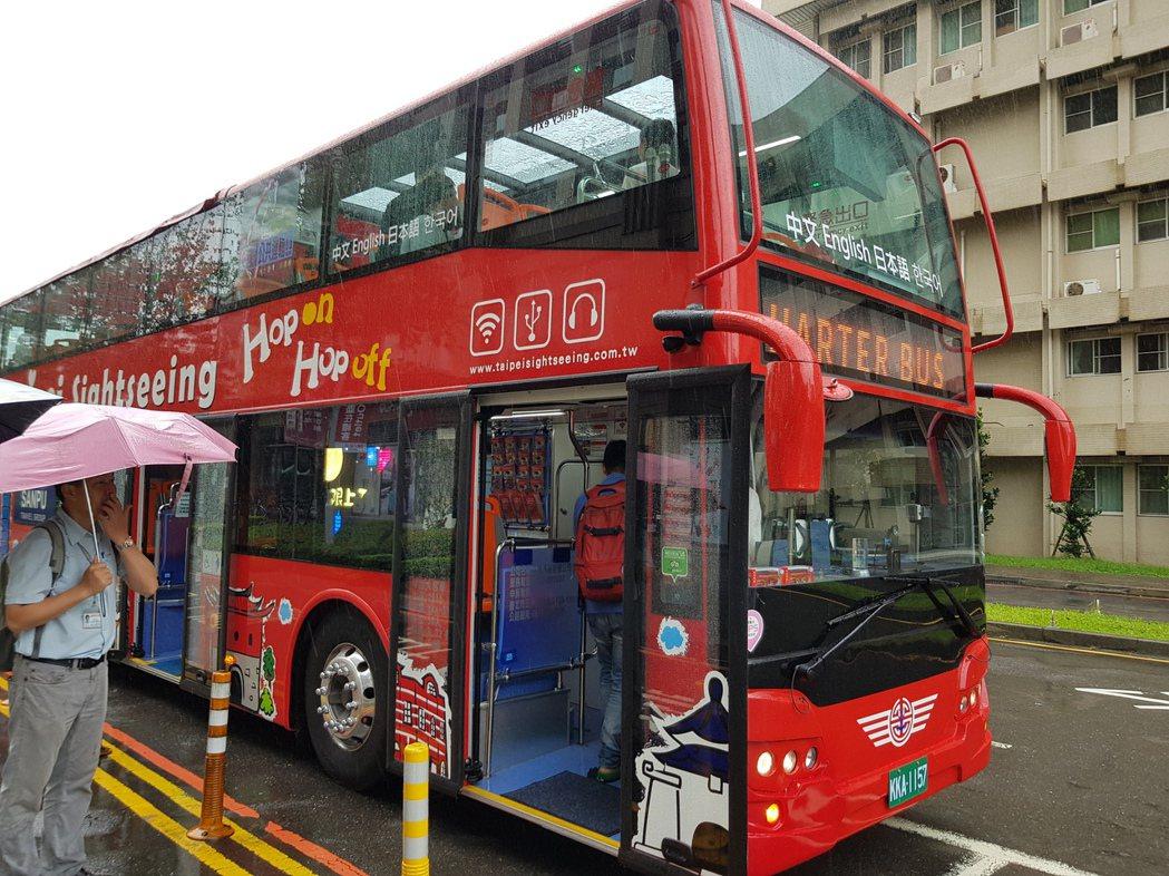 北市雙層觀光巴士1月18日上路至今,但每天約只有300多人購票搭乘,造成業者每月...
