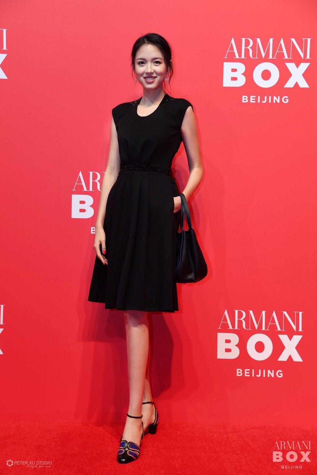 張梓琳以GIORGIO ARMANI連身裙搭襯黑藍色Le Jeu包款。圖/GIO...