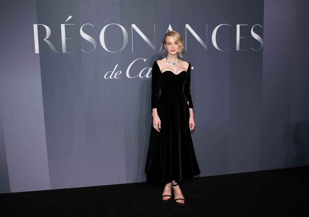 凱莉莫里根穿優雅的Dior高級訂製黑色絲絨晚禮服。圖/Dior提供