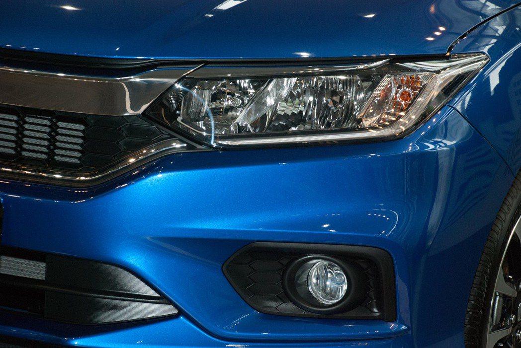 2018 Honda New City增添了LED晝行燈與光感應頭燈,頂級的VT...