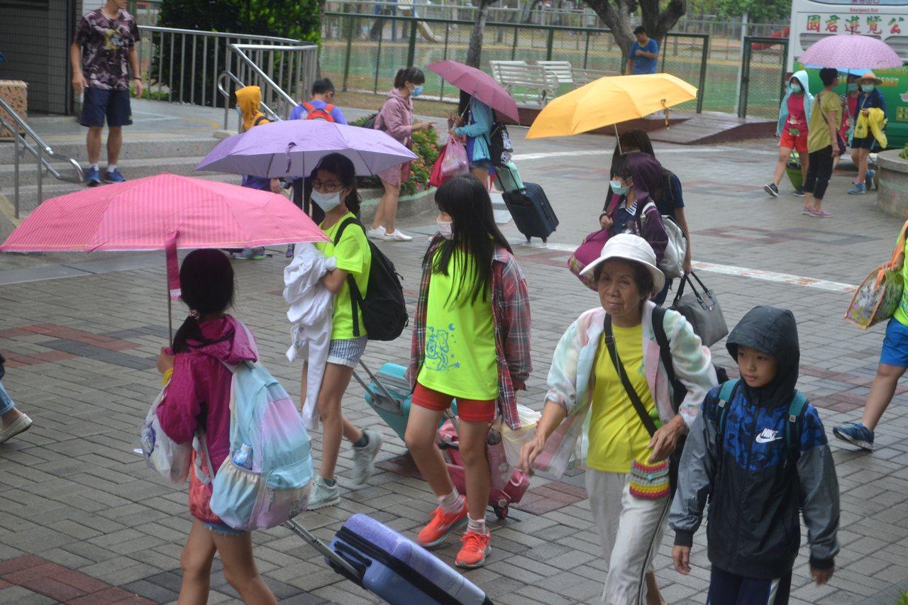 台南市某國小畢業旅行發生疑似食物中毒,今天行程取消,提前返校。記者鄭惠仁/攝影