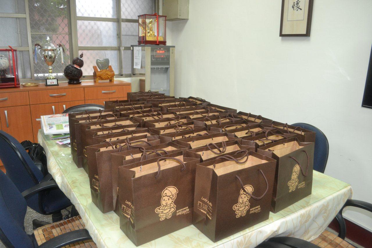 台南市某國小畢業旅行發生疑似食物中毒,學校準備小禮物要慰問身體不適的學生。記者鄭...