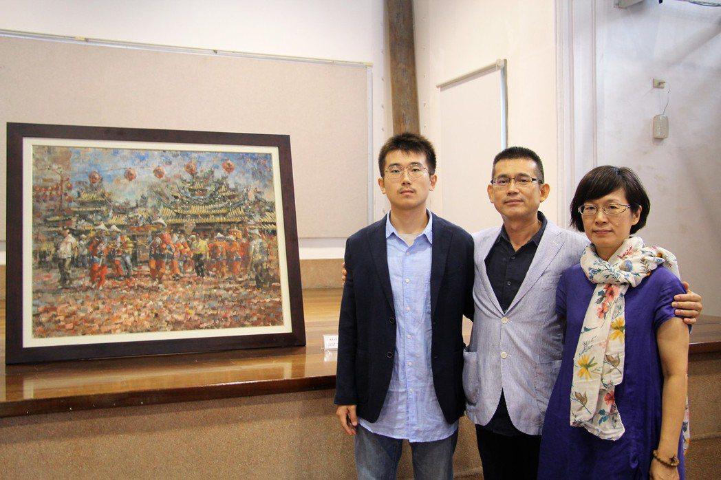 張毓麟的母親許翠萍、父親張金龍、弟弟張毓洲伴著張毓麟19歲畫作,作畫背景以鹿港廟...