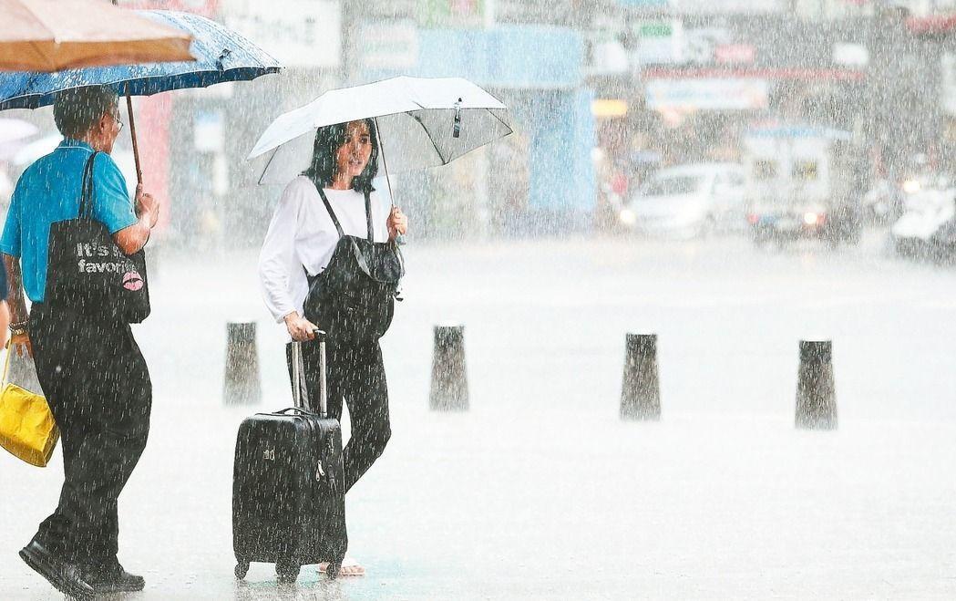 颱風卡努的共伴效應影響,全台暴雨不斷,勞動部提醒,依據職安法,外送人員、台電跟自...