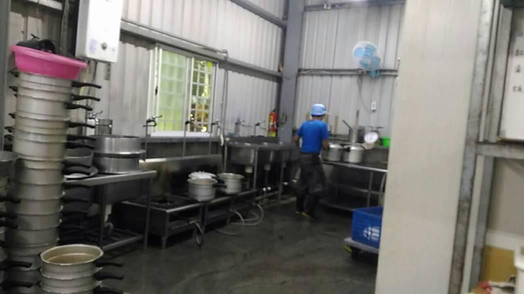 位於台南市永康區的一間中央廚房被查獲為地下工廠。圖/台南市衛生局提供