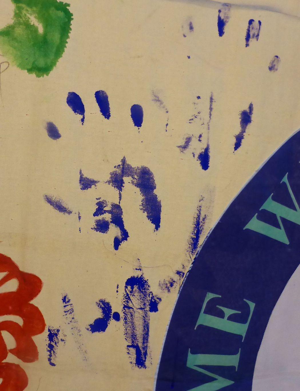 已故巨星麥可.傑克森21年前到高雄辦演唱會之前造訪高市無障礙之家,並戴手套留下手...