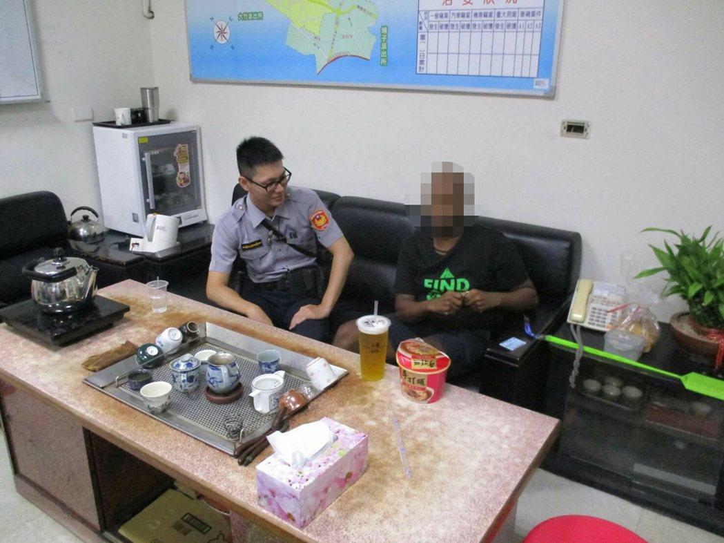 台南一名外籍英文教師因教學不佳受挫,獨自從台南搭車北上迷路,桃園市蘆竹警分局給予...
