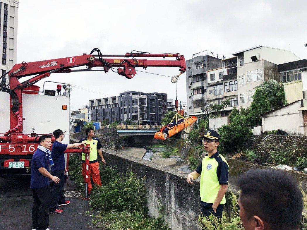 陳姓消防員受訓前滑倒摔落地面,同事們急忙搶救。記者郭宣彣/翻攝