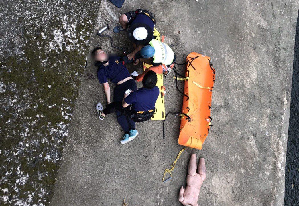 陳姓消防員(左1)滑倒,摔落地面。記者郭宣彣/翻攝