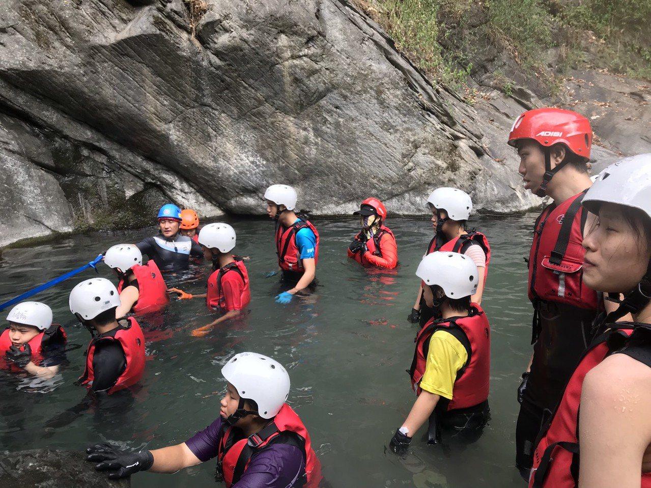 楠梓特殊學校帶著身心障礙孩子去溯溪,親近山林野地。圖/楠特提供