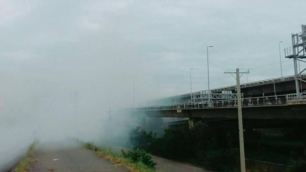 雜草濃煙影響和美交流道住線車流,國道巡邏車到場警戒。圖/國道七隊提供