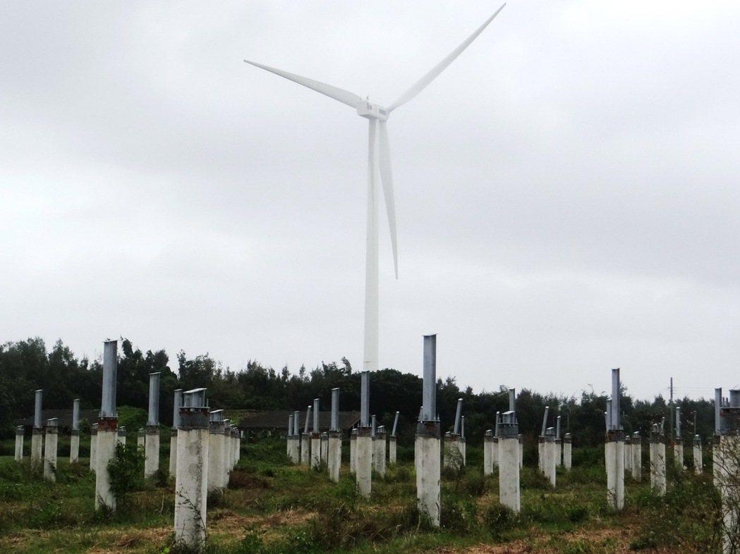 種電工程只架好太陽能支架就被迫停工。記者蔡維斌/攝影