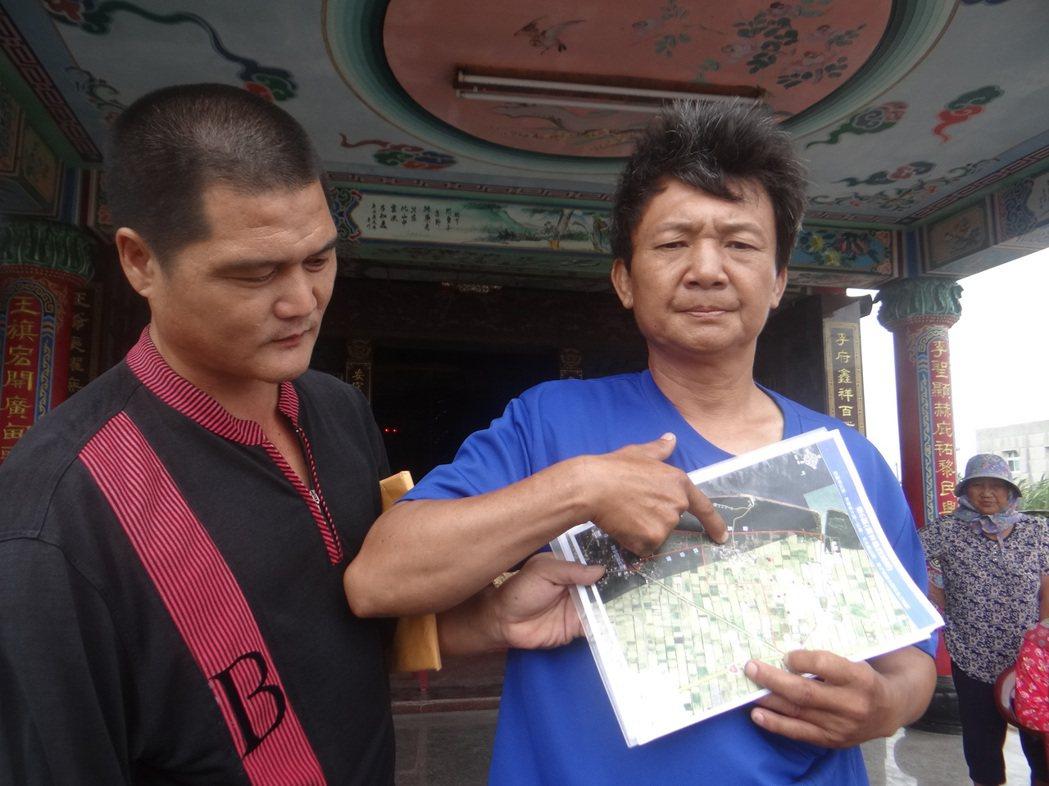 溪仔崙社區村民取出航照圖,強調村子被紅色的綠能專區包圍,將來村子四週全是太陽能板...