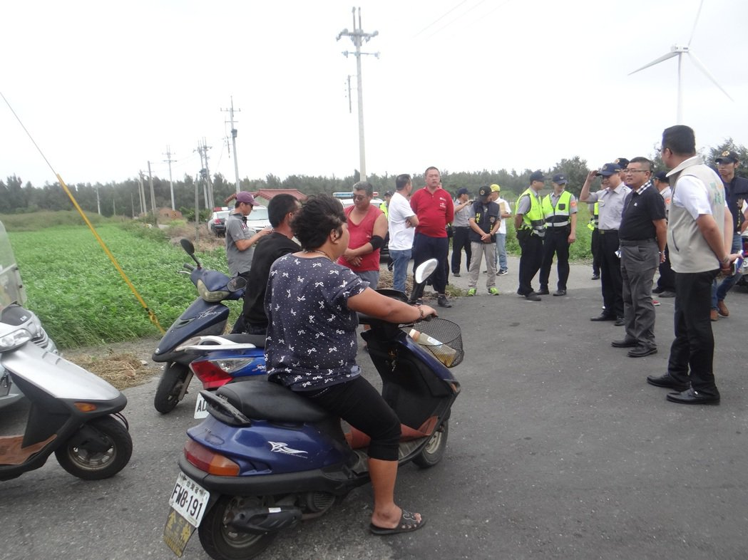 溪仔崙社區村民聚集工地外,警方也到場戒護,使種電工程一度停擺。記者蔡維斌/攝影