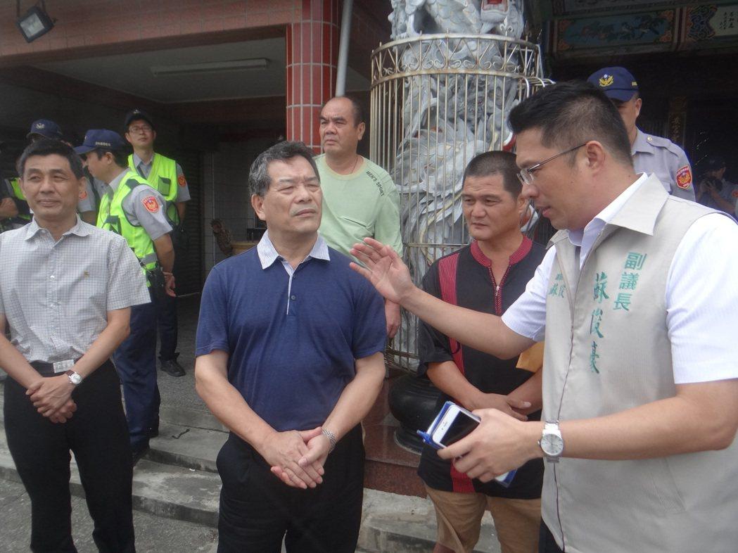 副議長蘇俊豪(右1)為不讓推動綠能干擾聚落居民生活,將提出「種電安全距離條款」,...