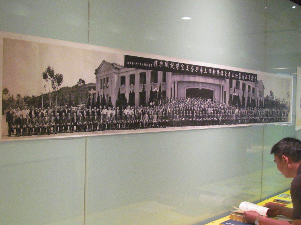 民國58年台灣省主席交接,在省府中興新村大合照, 南投縣長林洋港站在左邊最角落。...