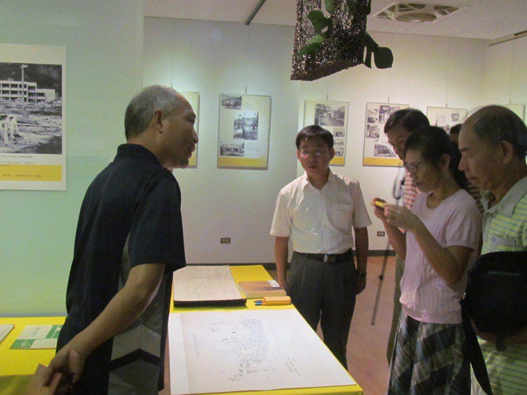 紀錄片導演陳樂人(左1)策展的中興新村文史資料展,今天吸引不少人前來。記者張家樂...