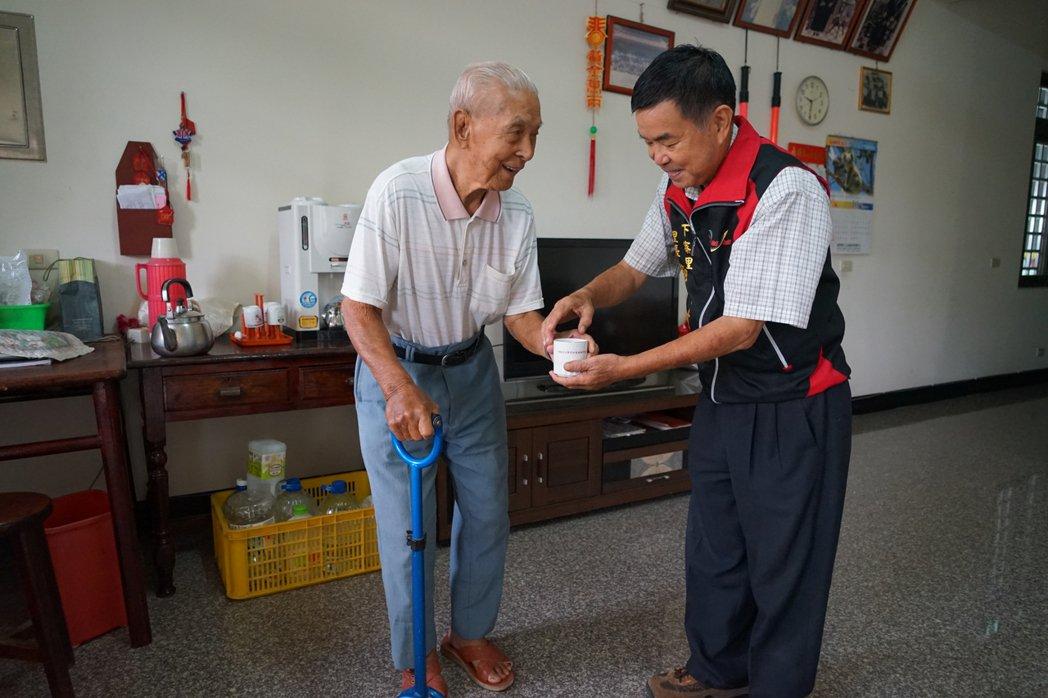 百歲人瑞溫炳龍(左)很好客,一看到里長范永才來家中作客,還親自倒茶奉茶。記者陳妍...