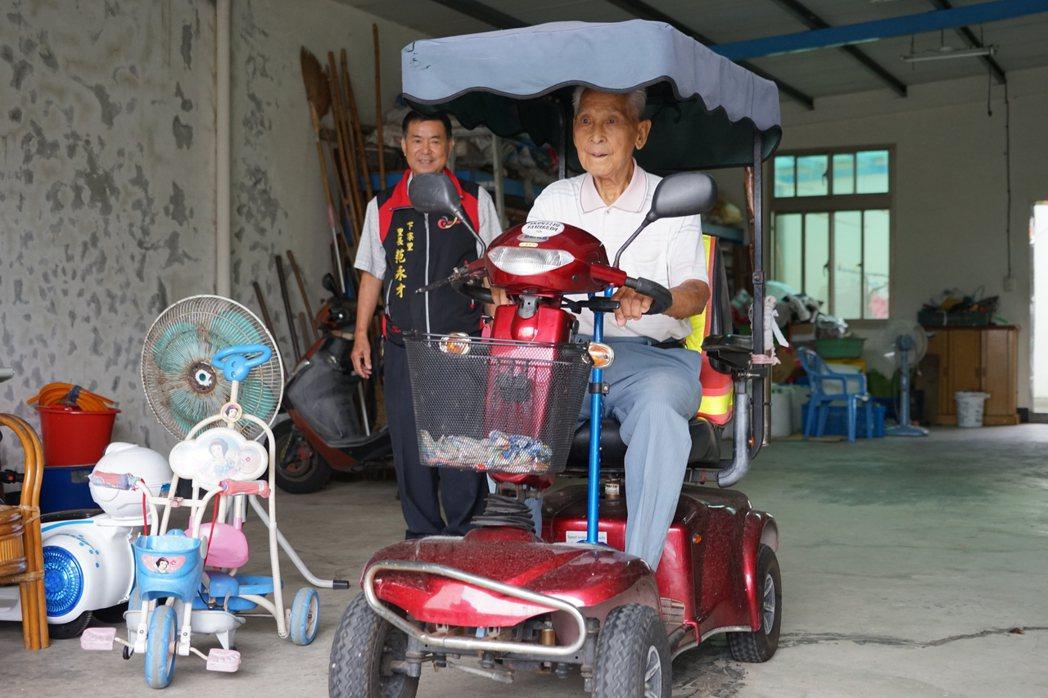 百歲人瑞溫炳龍最愛騎電動車趴趴走。記者陳妍霖/攝影