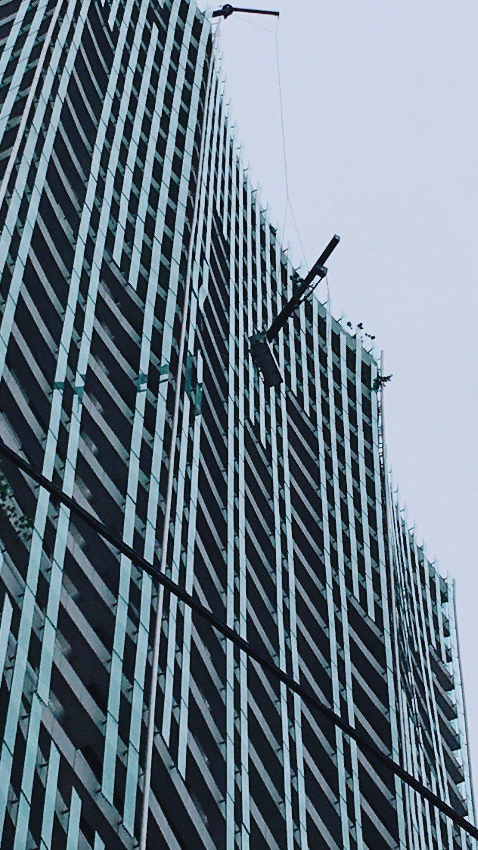 台中市42歲工人今天下午替大樓換裝玻璃時,因強風受困30樓半空中,最後幸運脫困。...