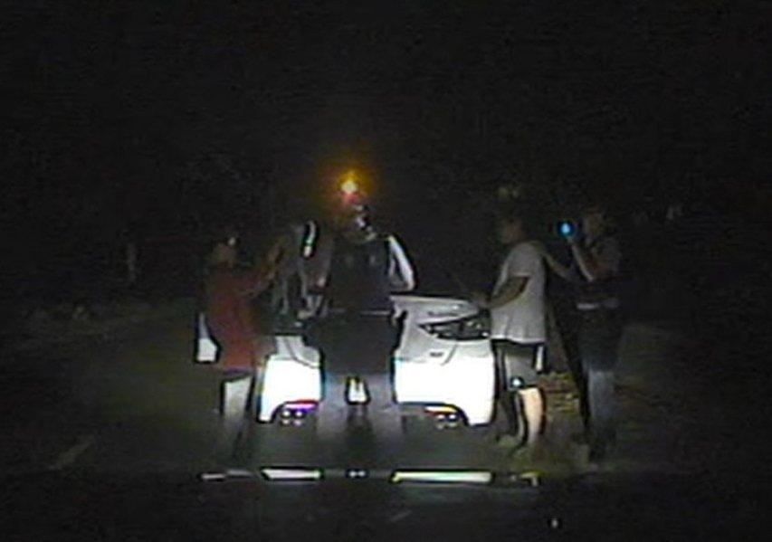 一對男女涉嫌吸毒後開車,一路恍神蛇行相當危險,遭警方逮捕。記者謝恩得/翻攝