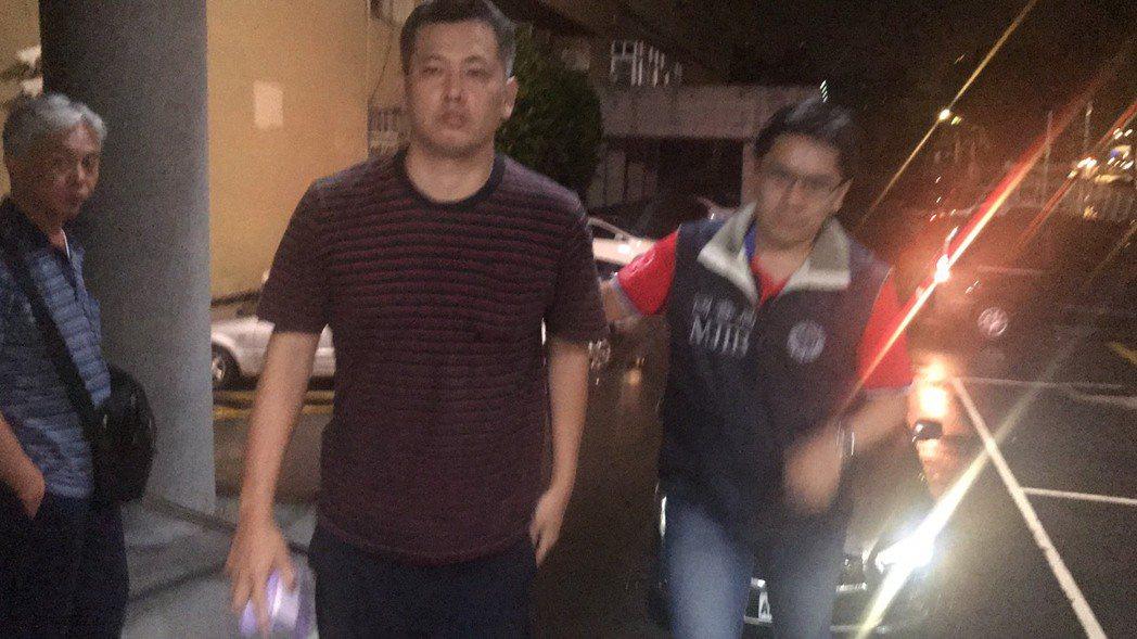 新北地檢署搜索萬華警分局警備隊,帶回警員周伯威。記者袁志豪/攝影