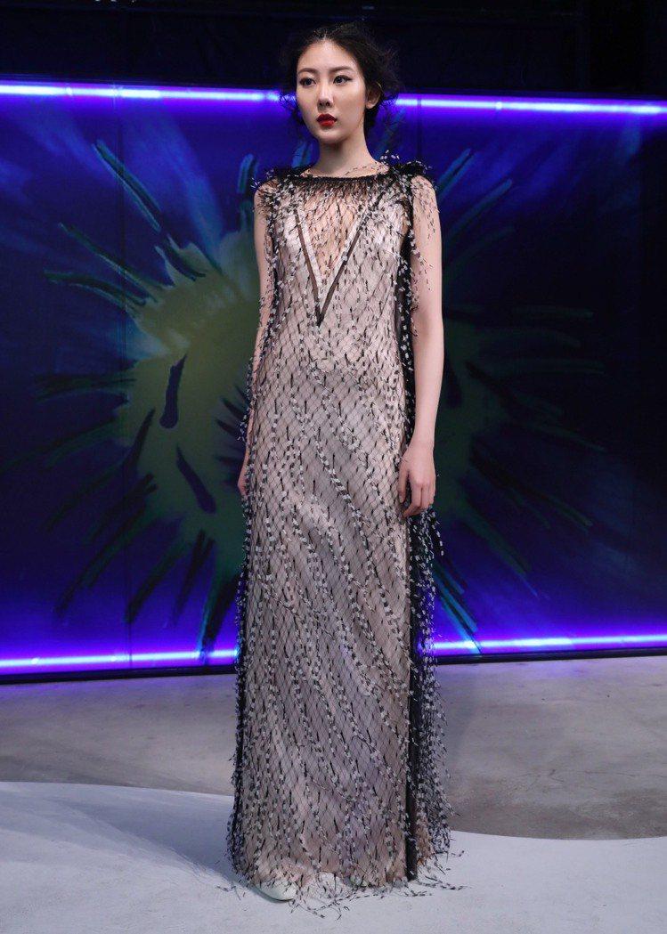 鑲飾鴕鳥毛的垂墜優雅禮服是30周年大秀中品味經典的代表作。圖/JAMEI CHE...
